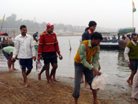 Volunteers of Ganga Pradarshani collect plythene along the Sangam